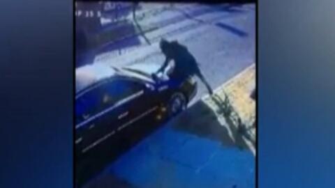Imagen de los destrozos contra un coche estacionado en Los Ángeles.
