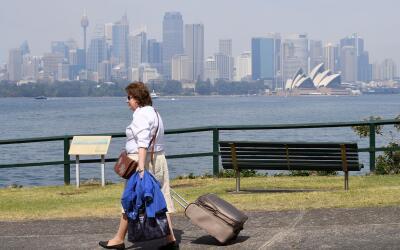 Una mujer camina en Sídney en 2016.