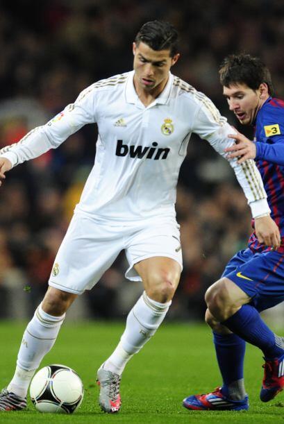 Messi, de 24 años, y Cristiano, de 27, van a su aire. Al margen. Llevan...