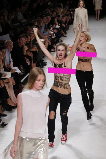 En plena pasarela, dos mujeres entraron corriendo entre las modelos.