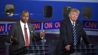 Los precandidatos presidenciales republicanos Donald Trump, a la derecha...