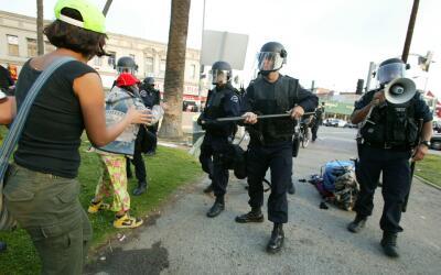 Una imagen del violento avance de los policías, que termin&oacute...