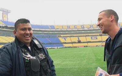 El divertido reencuentro de Dueñas con el policía al que empujó al celeb...