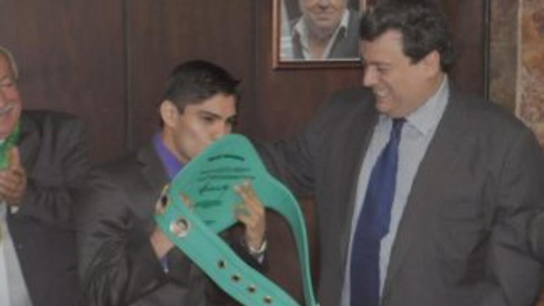 Pedro Guevara recibió el cinturón que lo acredita como campeón mundial (...