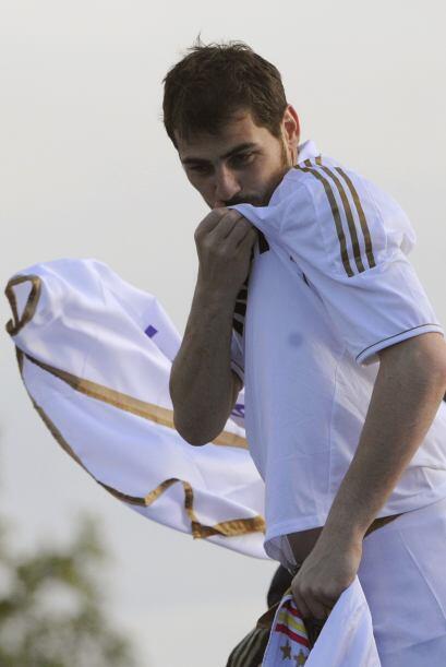 No faltó el momento en que Casillas besó el escudo del Madrid, un hombre...