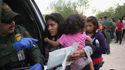 Inmigrantes indocumentados detenidos por la Patrulla Fronteriza en un lu...