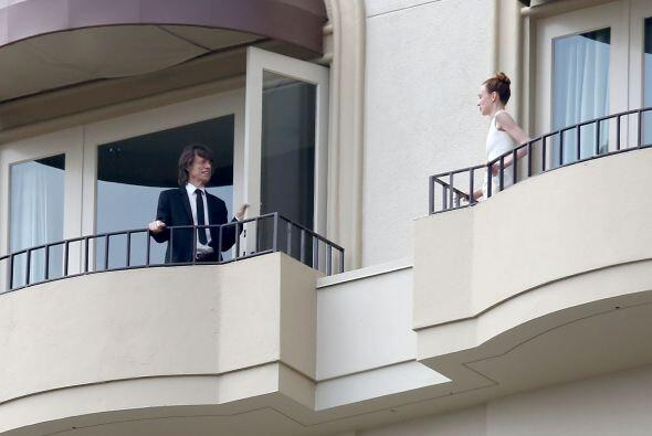 Según la agencia de fotos, ¡incluso se la estaba ligando! ¿Será cierto?...
