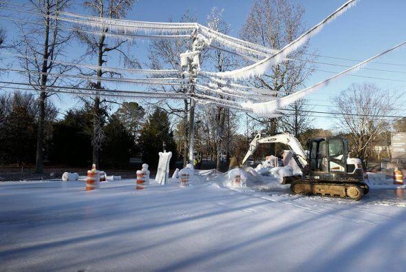 Ni los cables de electricidad se libran de las fuertes nevadas, tal y co...
