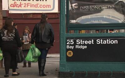Un violador persiguió a su víctima desde el tren R hasta un edificio en...