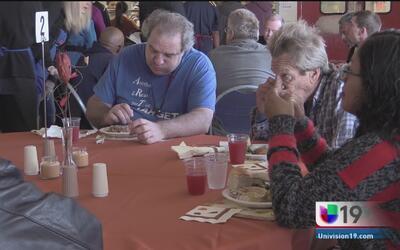 El Ejército de Salvación llevó comida de Thanksgiving a personas de bajo...