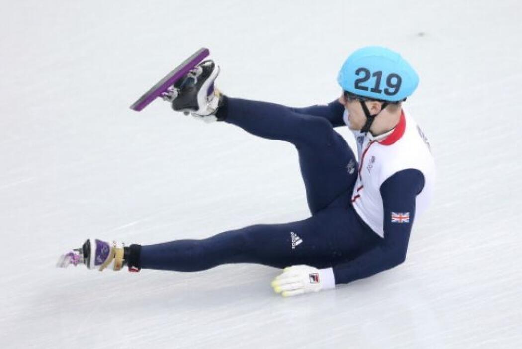 Jack Whelbourne, de Gran Bretaña, cayó mientras competía en la final en...