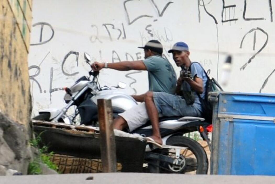 Los agentes han decomisado 900 kilos (1984 libras) de drogas en la favel...