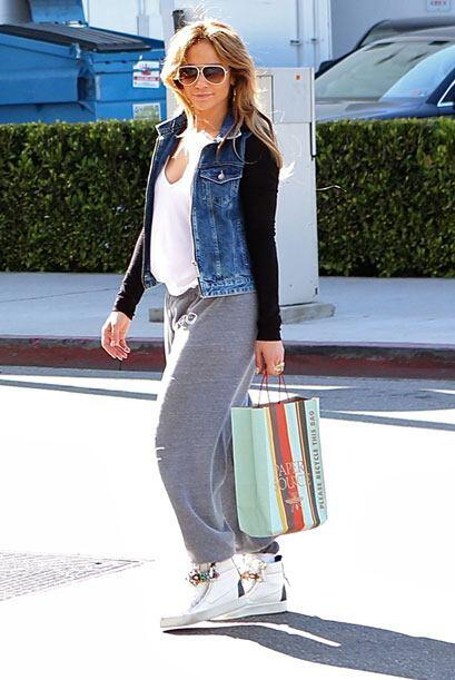 Jennifer usó pants grises y una chamarra de mezclilla. Mira aqu&i...