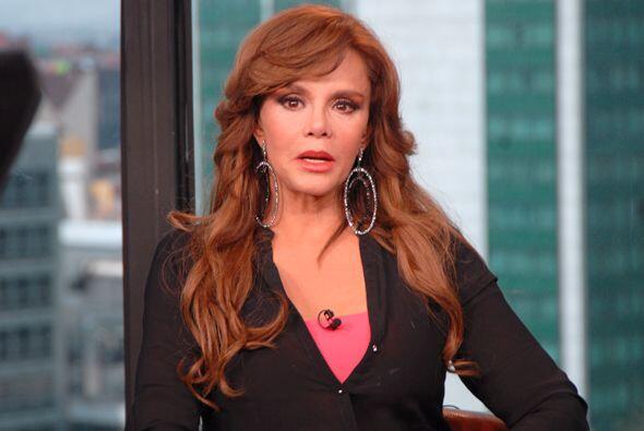 Felicita a Lucía Méndez por sus 40 años de trayectoria.
