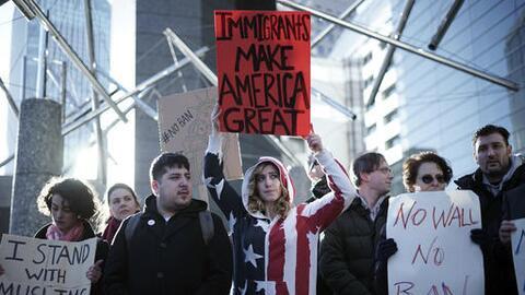 Las protestas de civiles contra el veto migratorio se extendieron en tod...