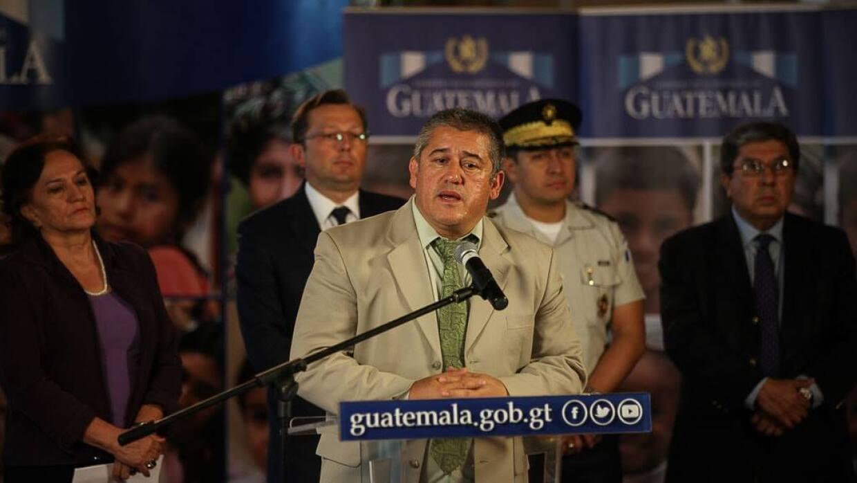Carlos Rodas, secretario de Bienestar Social, flanqueado por Anabella Mo...
