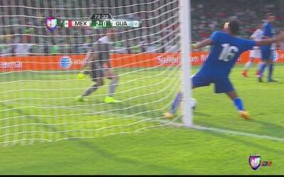 Increible salvada sobre la línea evita otro gol de México contra Guatemala