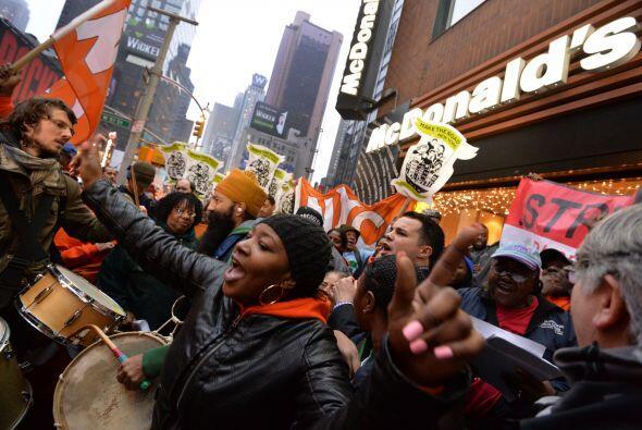 Junto a Morales participaron en la protesta otros empleados de la cadena...