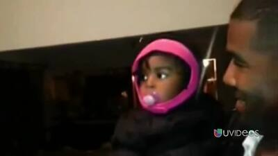 Mira la tierna reacción de esta bebé al conocer al gemelo de su padre