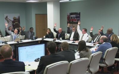 Cuatro concejales de Dallas presentan demanda para prohibir el retiro de...