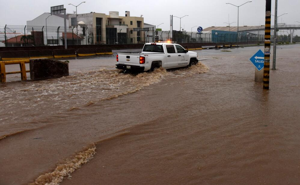Las intensas lluvias provocadas por Patricia dejaron las calles de Manza...