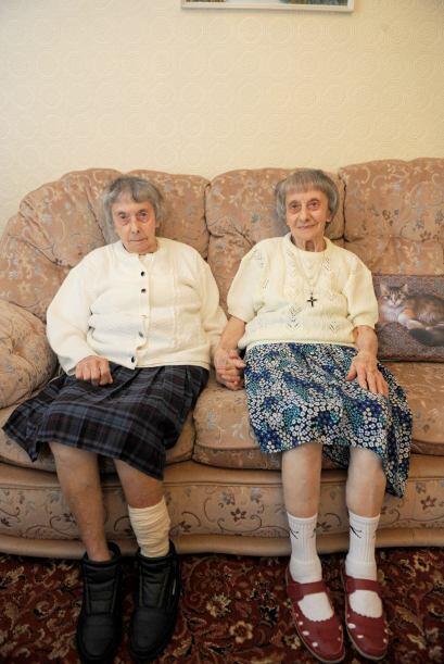 Tienen hobbies iguales, les gusta tejer lo mismo, compran la misma ropa,...