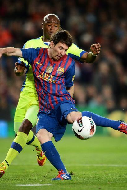 El balón dejó sin chances a Moyá y Barcelona se pus...