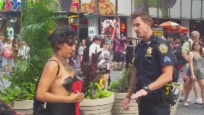 Controversia por mujer semidesnuda con su hija en NY