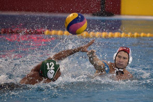En el partido de polo acuático, donde México derrotó 19-10 a Trinidad y...
