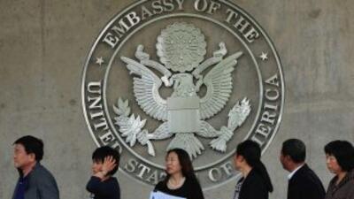 Extranjeros tramitando visados en un consulado estadounidense en 2012