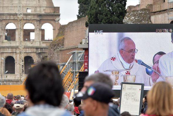 Multitudes en el Vaticano tuvieron que presenciar la ceremonia a través...
