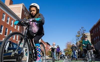 Los ciclistas dan una vuelta inaugural en la nueva pista para ciclistas...
