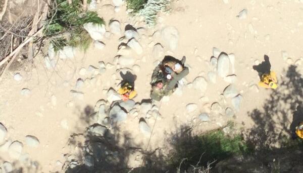 Equipo del Sheriff rescata a la mujer herida en Los Angeles National Forest