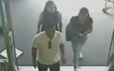 Buscan a tres sospechosos de robar a una mujer de 83 años en Corona
