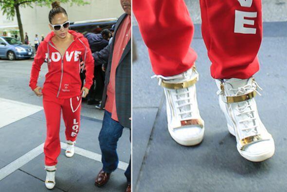 ¡Jennifer Lopez ya tiene su par y no lo suelta para nada! Ella optó por...