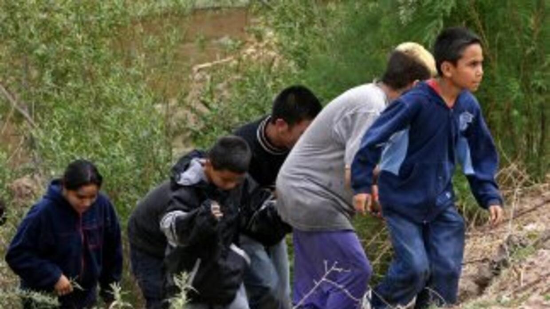 Un grupo de indocumentados cruza por un punto de la frontera sur de Esta...