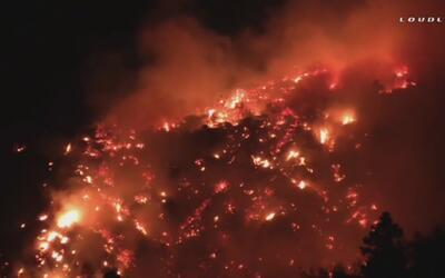 Bomberos siguen sin controlar incendios en California
