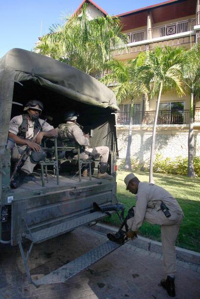 Además se contó con un vehículo policial usado para el transporte de pre...