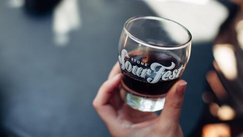 Fabrican cerveza utilizando agua reciclada de aguas residuales en San Diego
