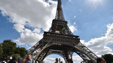 Turista en la Torre Eiffel, en París.