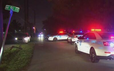Por aire y tierra buscan a dos sospechosos de asalto con arma en Miami