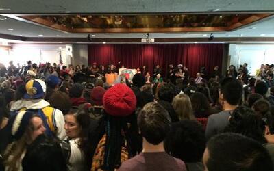 Decenas de estudiantes de la Universidad Estatal de San Francisco protes...