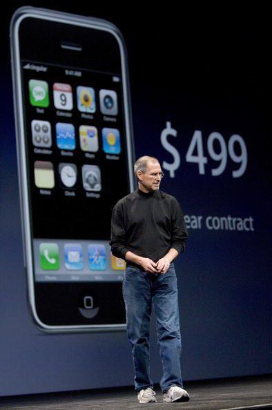 Cuando se presentó el primer iPhone este tenía un costo de $499 y medía...