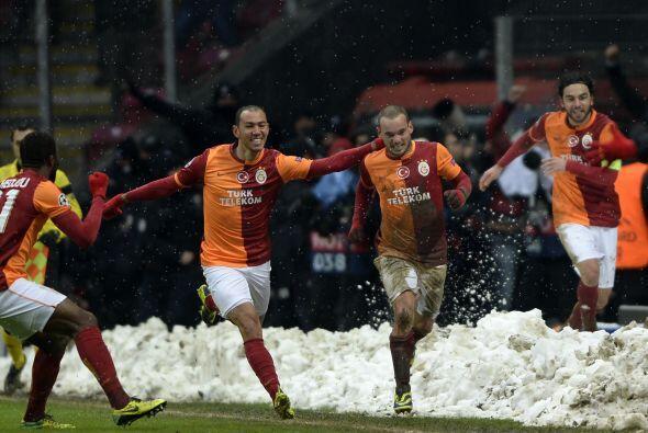 Un gol del mediocampista holandés Wesley Sneijder bastó para que los tur...