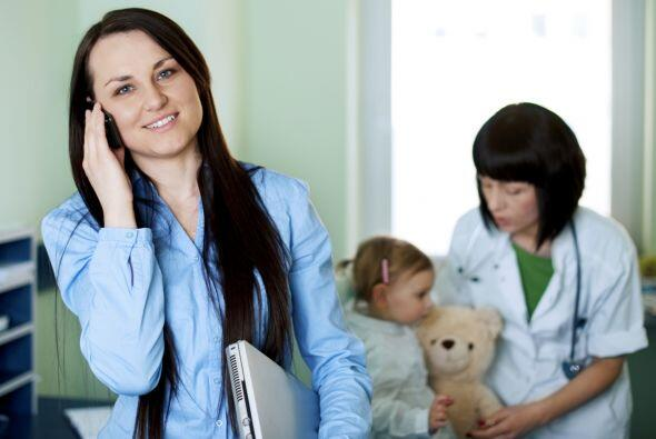 Números de contacto. Además de grabar los números del pediatra y de otro...