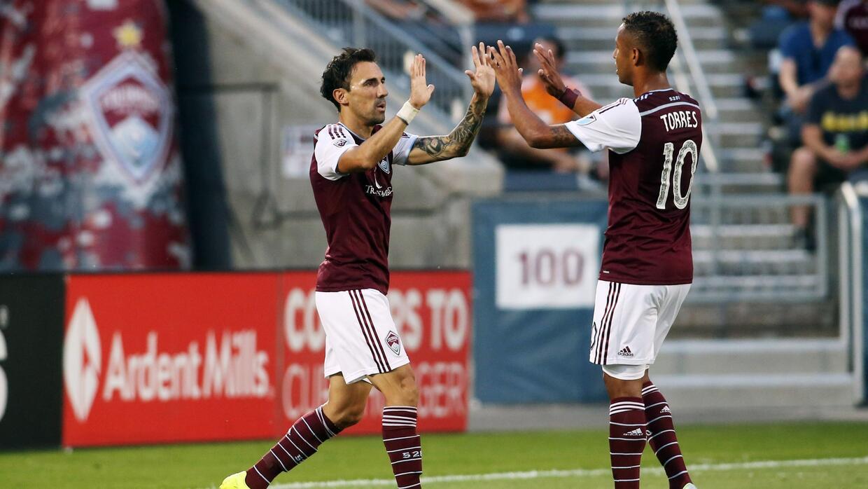 Vicente Sánchez y Gaby Torres celebran el primer gol.