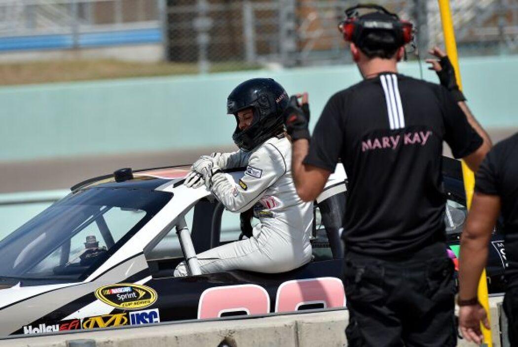 Kate se subió a un auto de carreras con mucho cuidado.