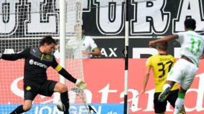 Raffael anota el segundo gol del Gladbach ante Dortmund.