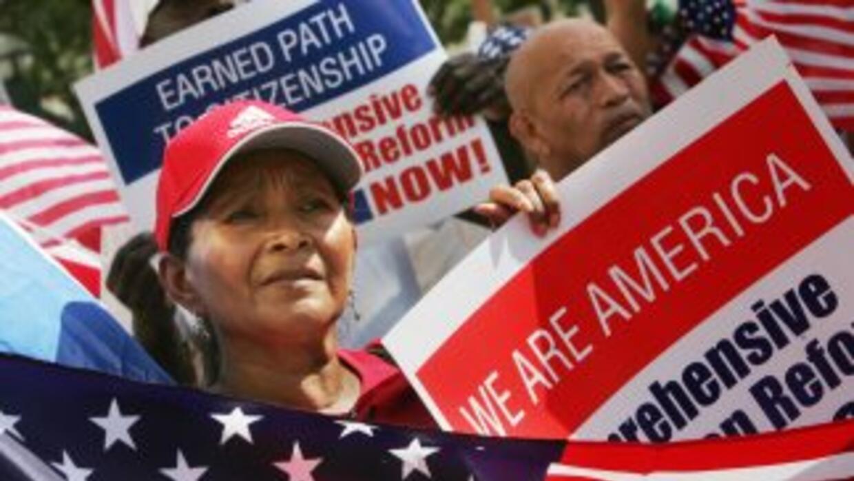 Miles de inmigrantes indocumentados esperan que el presidente Barack Oba...