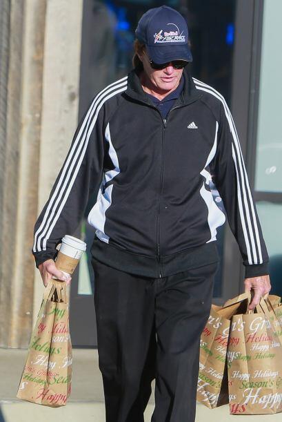 Es Bruce Jenner que reapareció haciendo unas compras para su alacena.